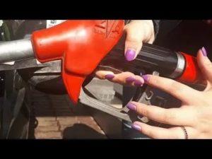 Как правильно заправить машину на заправке видео