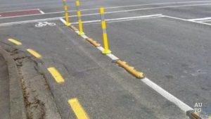 Желтая прерывистая линия разметки на обочине