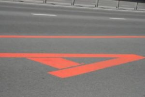 Что означает красная полоса на дороге